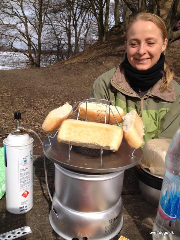 Pølsebrød er ikke helt høje nok til at udnytte toasteren 100%, men det gik.