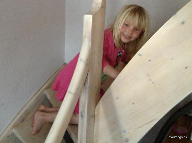 Baglæns ned af trappen med forstuvet fod