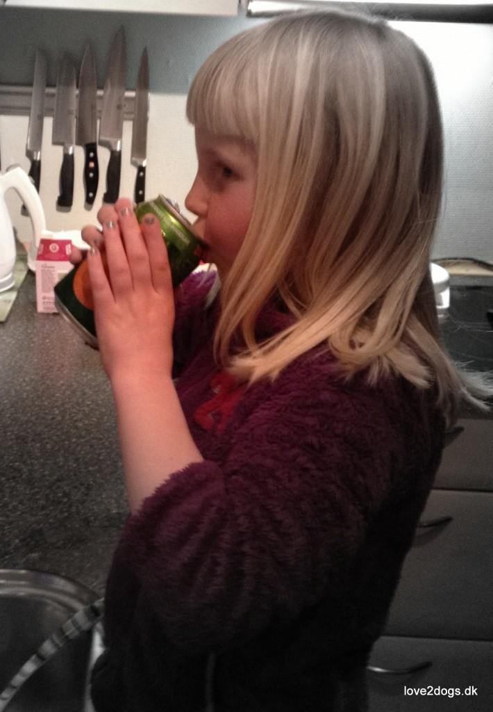 Elisabeth prøvesmager øllen - den er go' nok - den smager grimt!