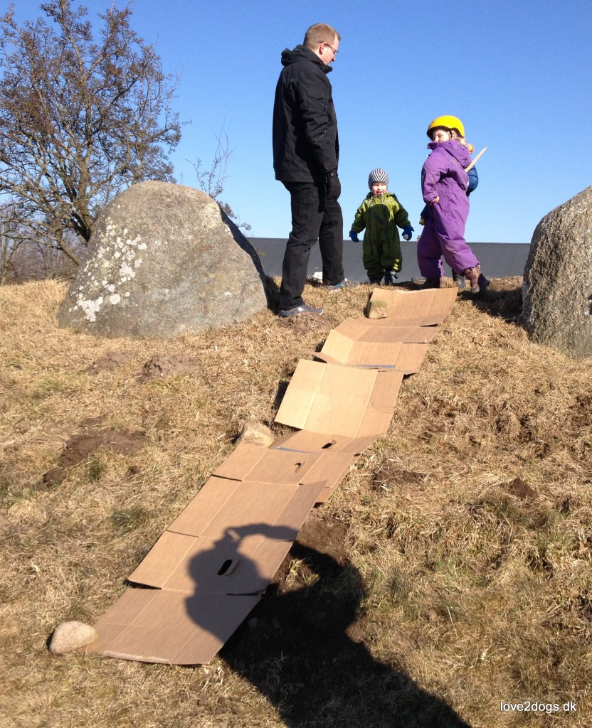 """Årets """"påskeæg"""" til børnebørnene var nye cykelhjelme (""""æggeskaller""""). Elisabeth havde sin på hele dagen."""