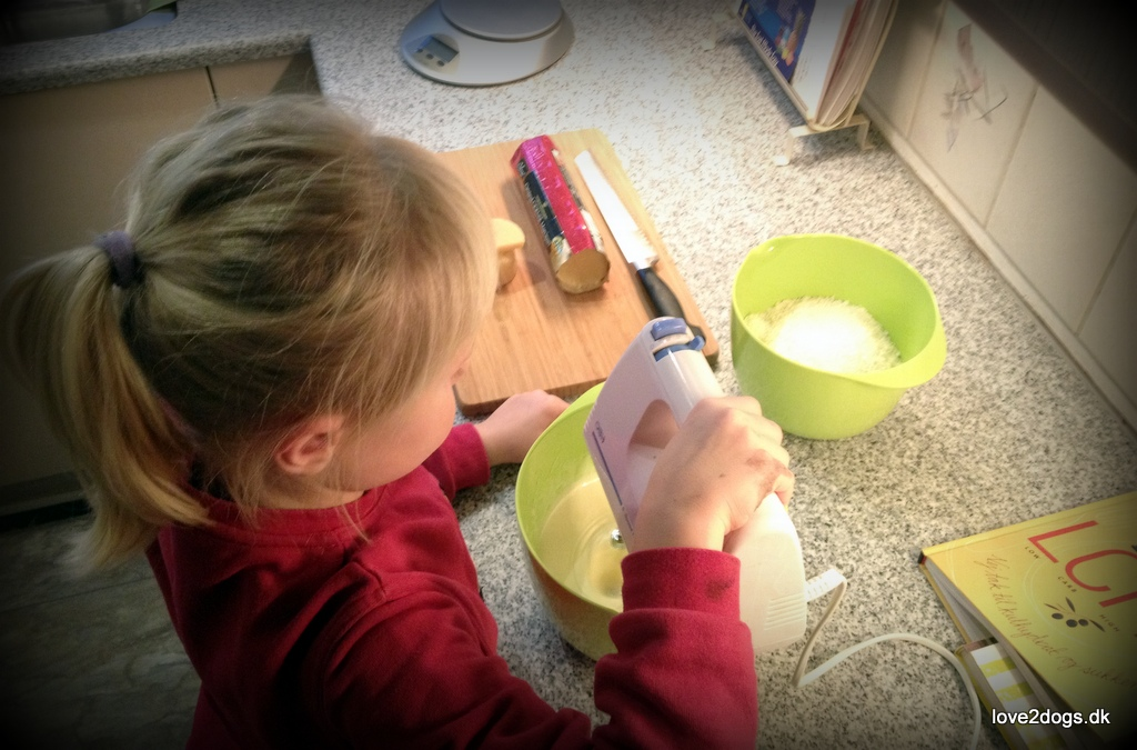 Elisabeth hjælper med at fremstille kokostoppe