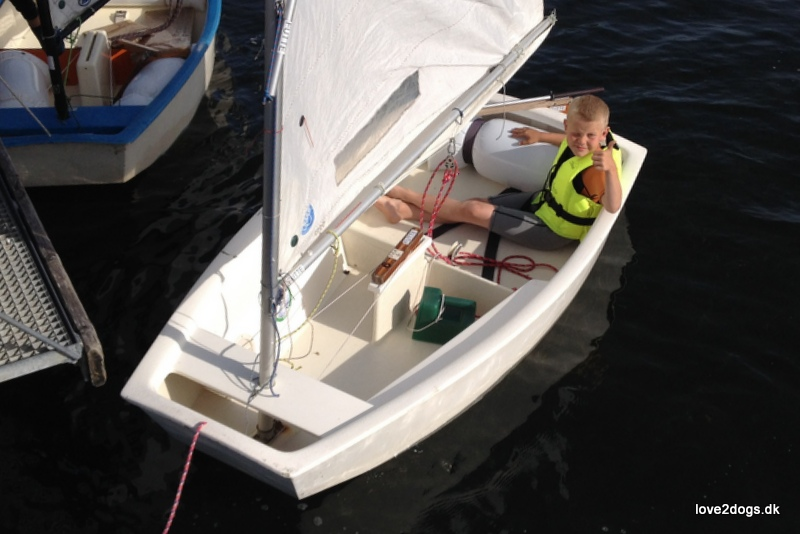 """Sebastian sidder klar i """"Lynet"""" og afventer, at følgebåden kommer ud, så han må sejle."""