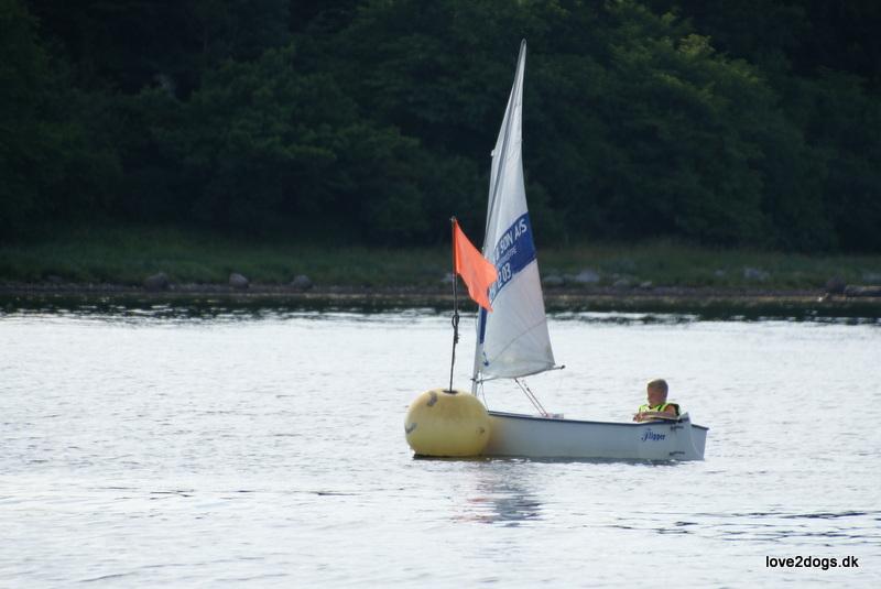 Sebastian sejler rundt om en af sejlklubbens faste bøjer.
