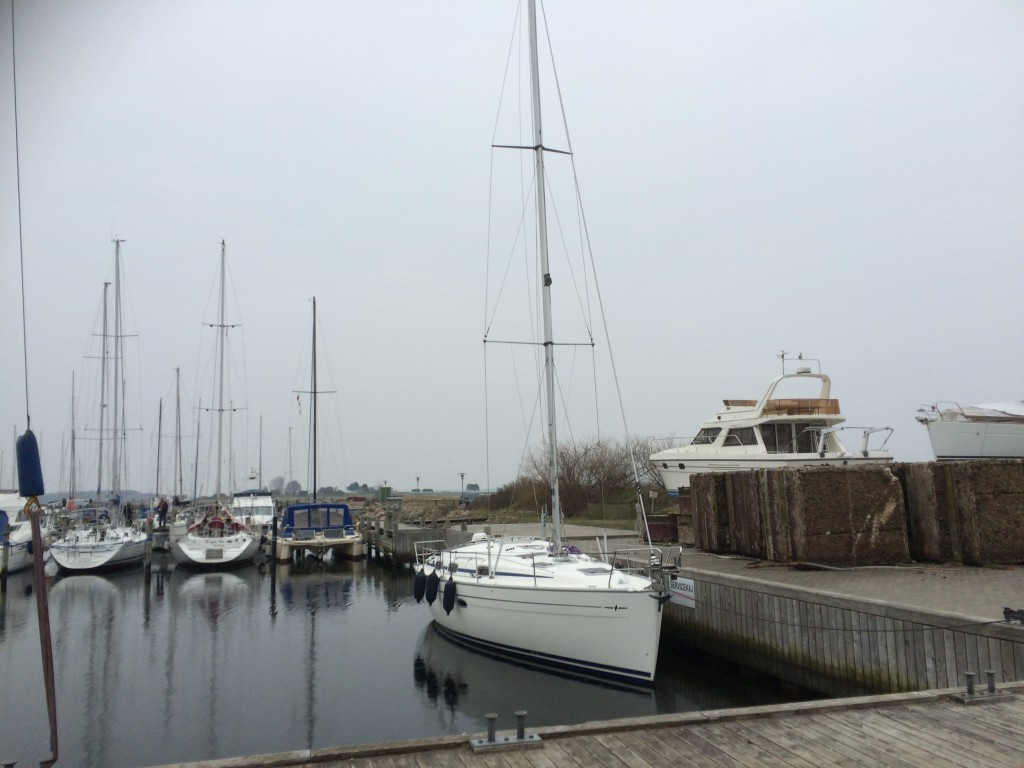 Masten er kommet på båden, den bliver sat på via havnens kran.