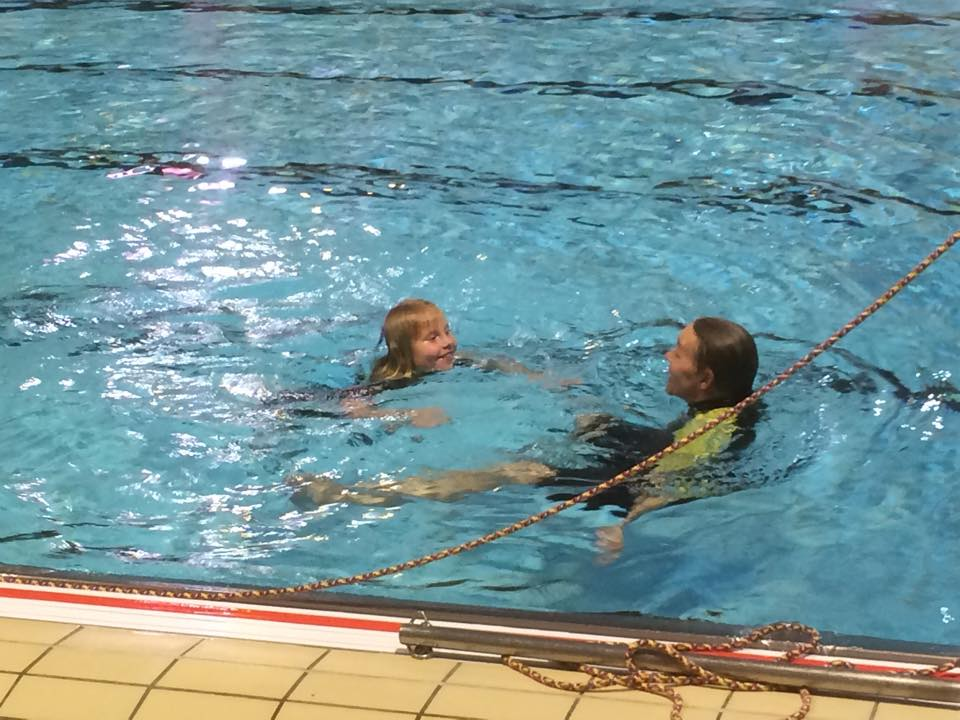 Elisabeth skal kunne svømme. Kravet er 100m med svømmevest (den har hun ikke på).