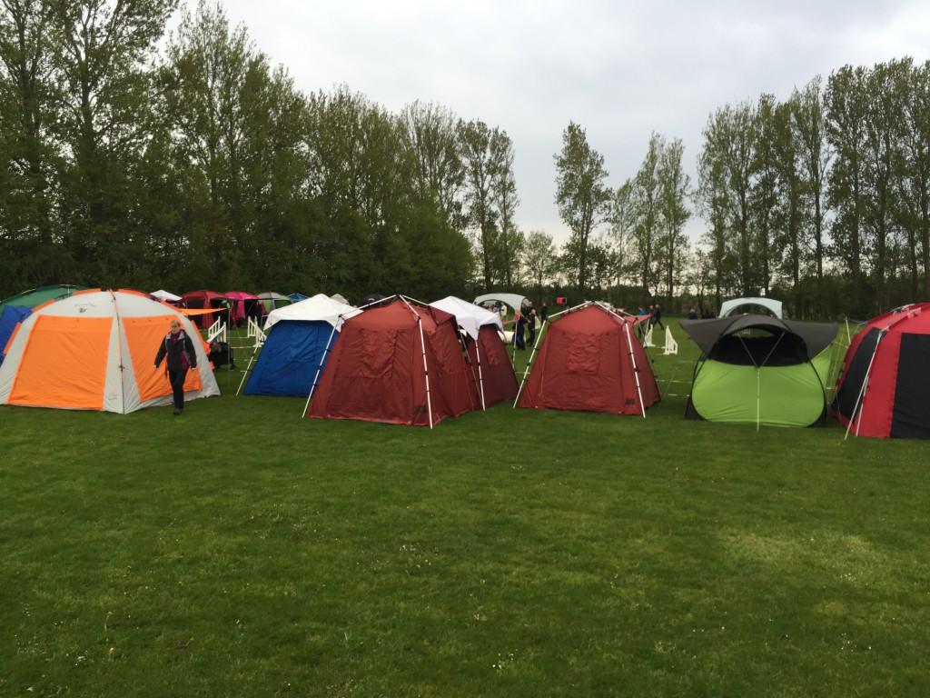 Vores dobbelt-telt sat op langs banen.