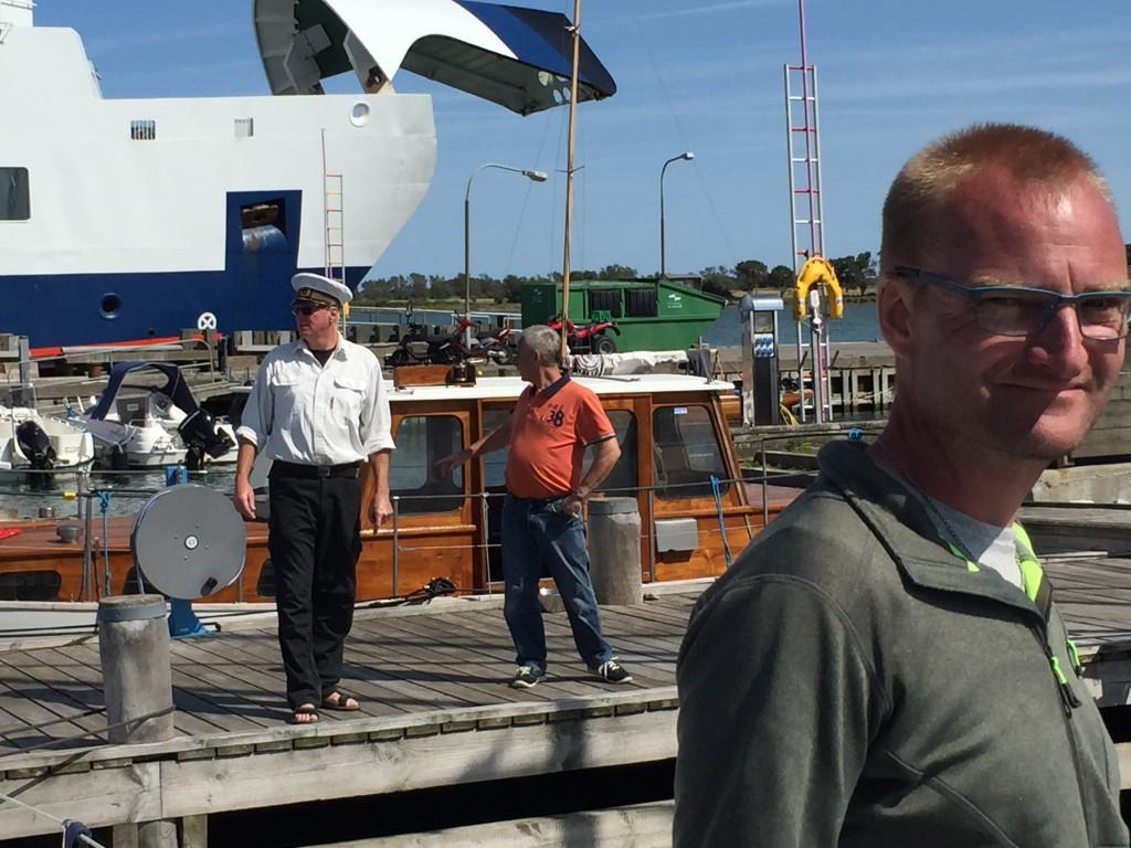 Havnefogeden på Endelave byder alle sejlere velkommen og anviser dem plads i havnen.