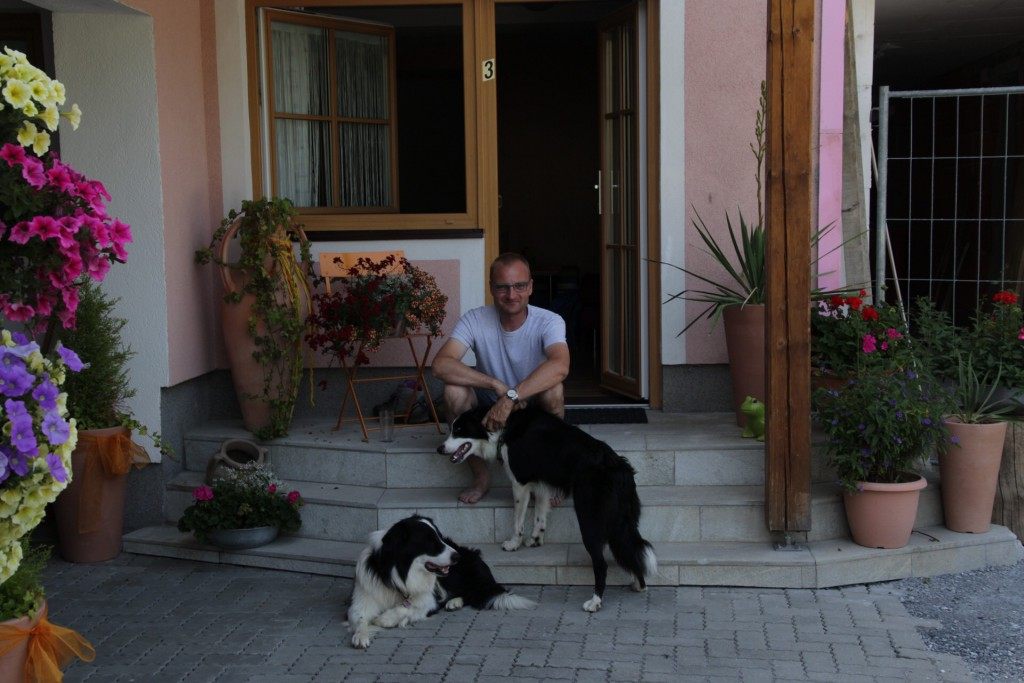 Michael ude foran vores lejlighed (nr. 3) på Haus Fletzberger.