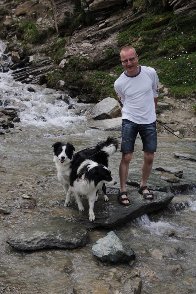 Michael får også lige fornøjelsen af is-vandet i sandalerne.