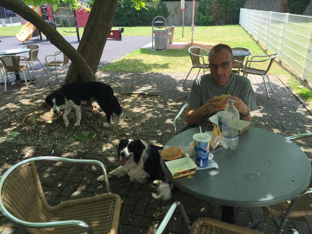 Frokost og hundeluftning på en ucharmerende rasteplads inden turen gik videre.