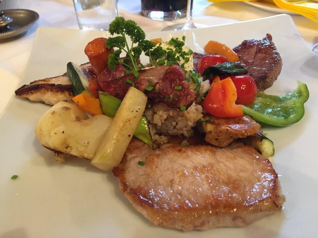 """Min """"grill-tallerken"""" smagte dejligt. 3 forskellige slags kød, grøntsager, ris og pommesfrites til."""